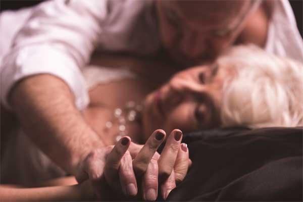 pareja de mayores teniendo sexo
