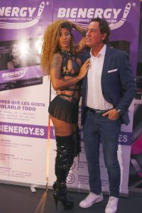 Pipi Estrada junto a Venus Afrodita salón erótico de Barcelona