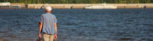 Hombre con disfunción eréctil caminando por la playa